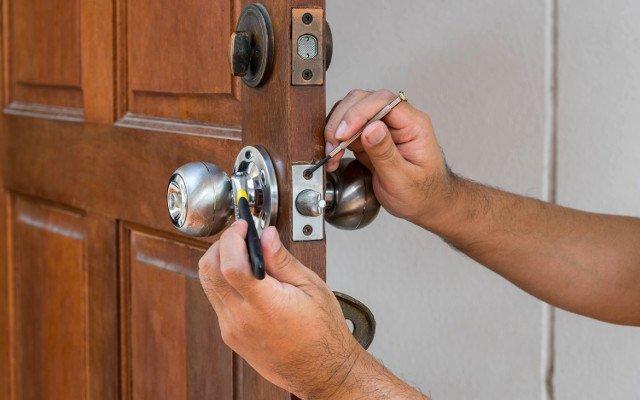 Как отремонтировать дверь
