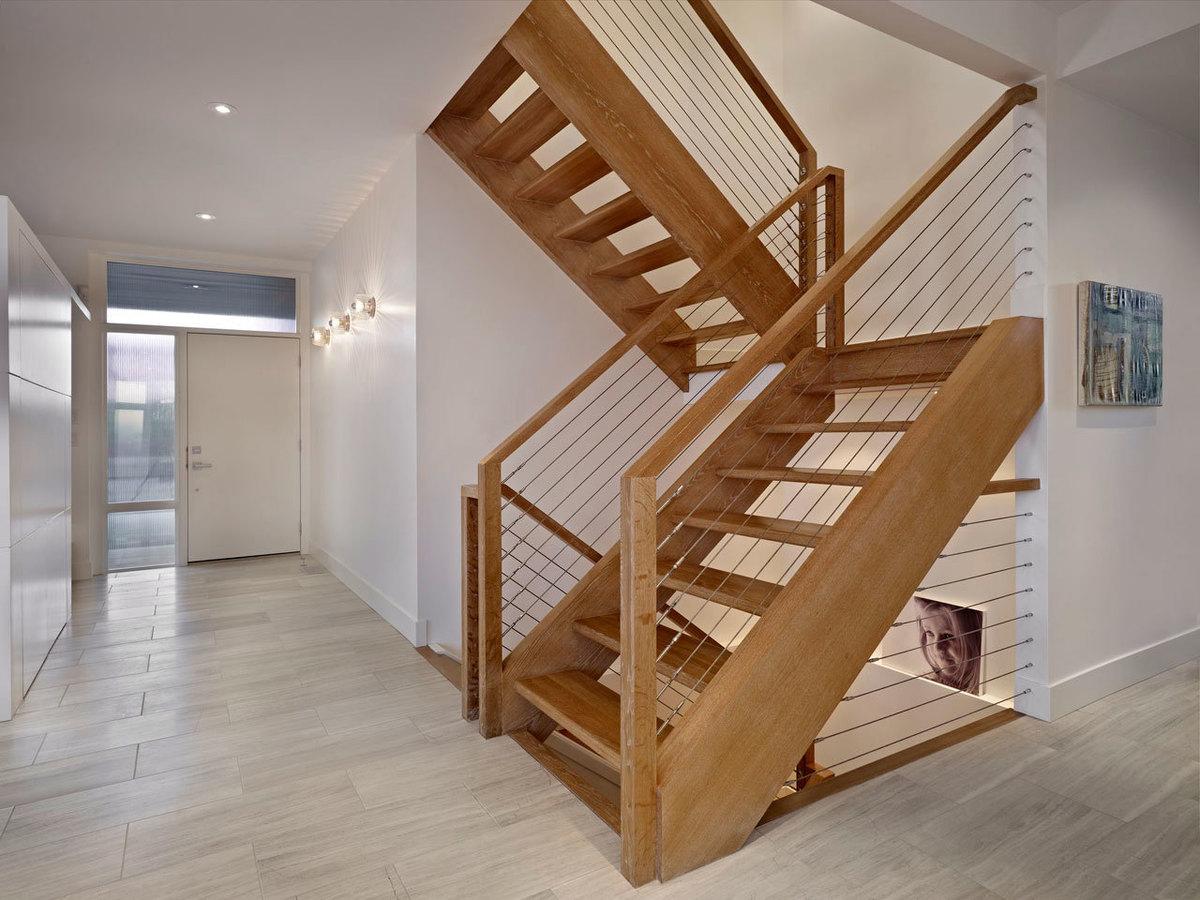 Лестница из деревянной конструкции и деревянными ступенями